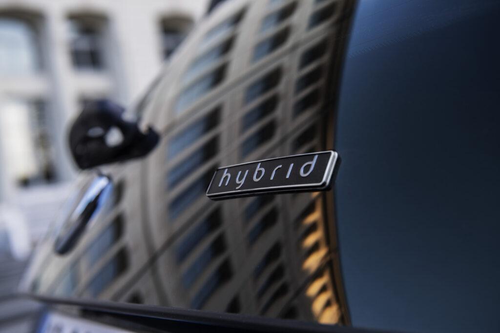 Scritta hybrid Lancia
