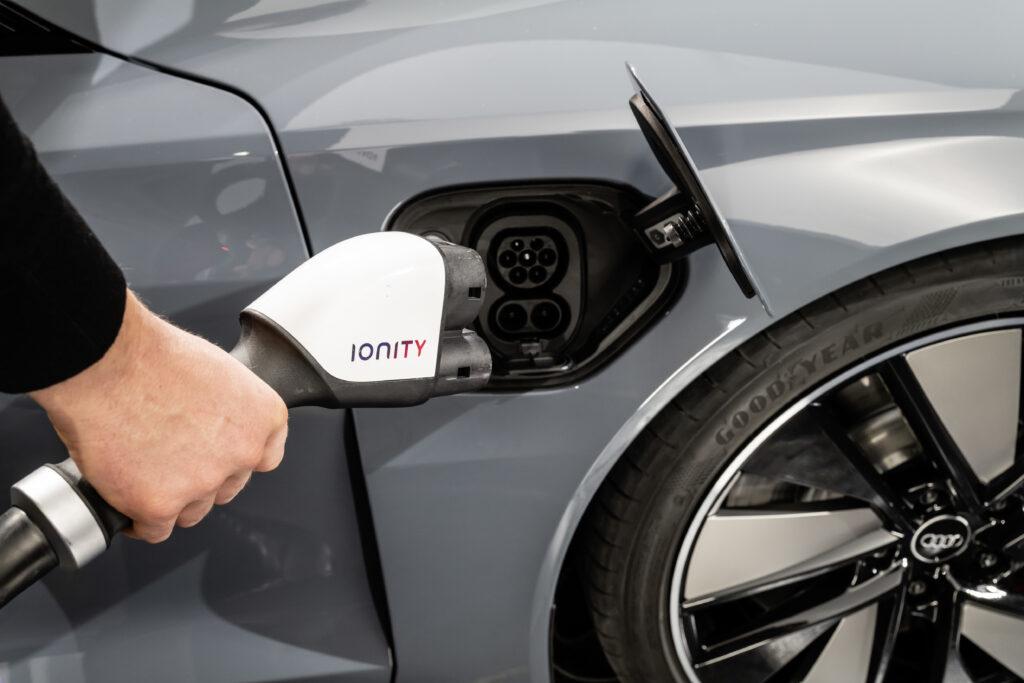 Audi e-tron GT presa di ricarica 270 kW