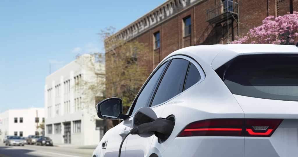 Jaguar E-Pace, per elettrificarsi alla spina bastano 3 cilindri