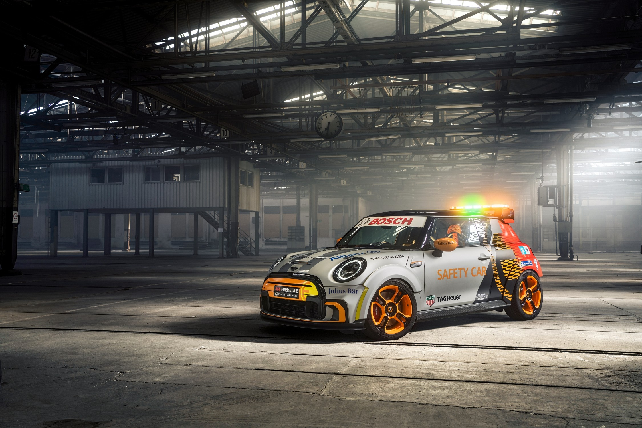 Mini Electric Pacesetter, la nuova safety car di Formula E apre la strada al full electric per il 2030