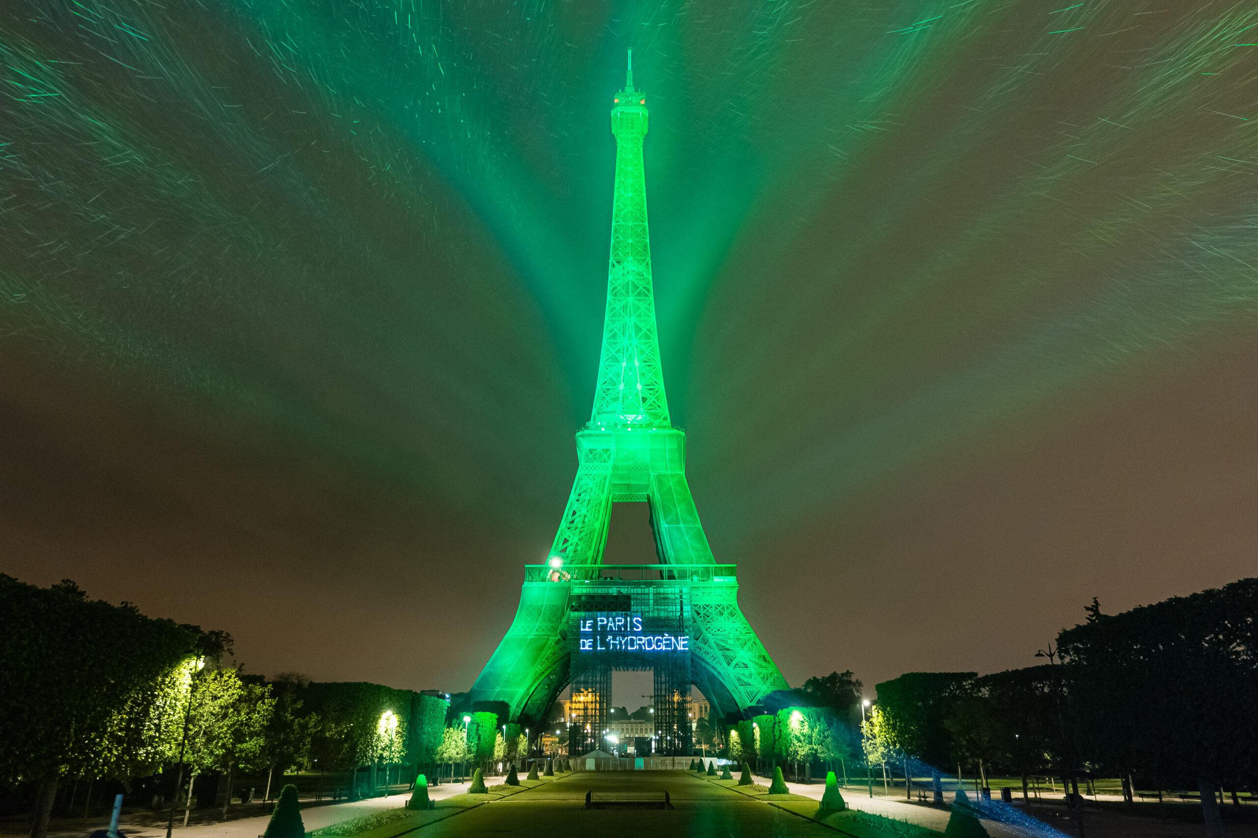 La Torre Eiffel diventa verde nella notte di Parigi grazie all'idrogeno (e a Toyota)