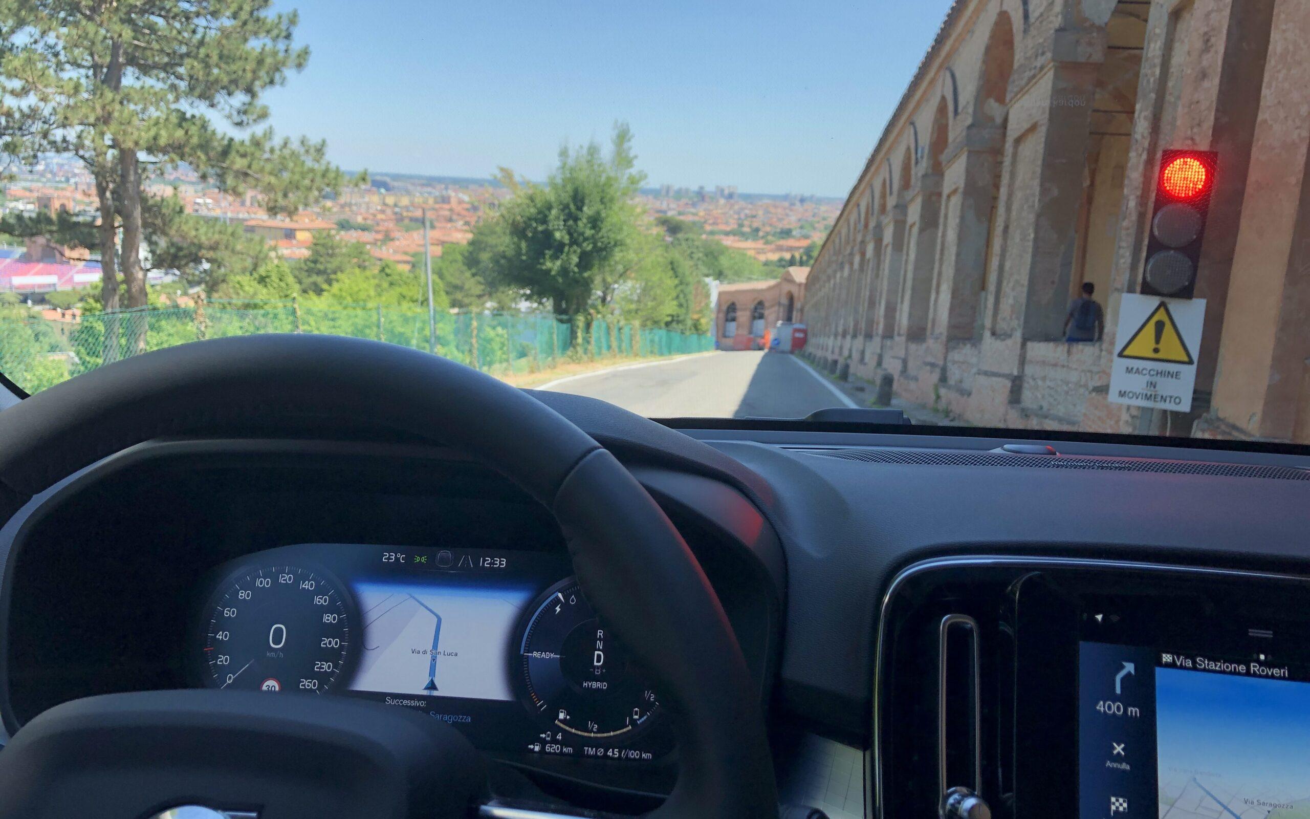 Volvo XC40 prova portico San Luca