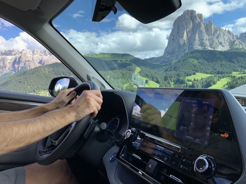 Toyota Highlander interno mani sul volante