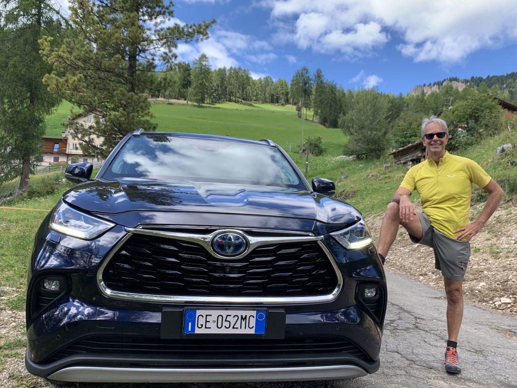 Fabio Orecchini Dolomiti con Toyota Highlander piede sulla ruota