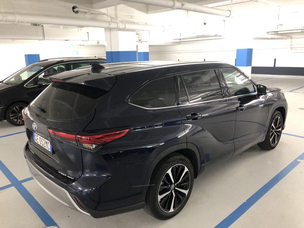 Toyota Highlander parcheggio pubblico