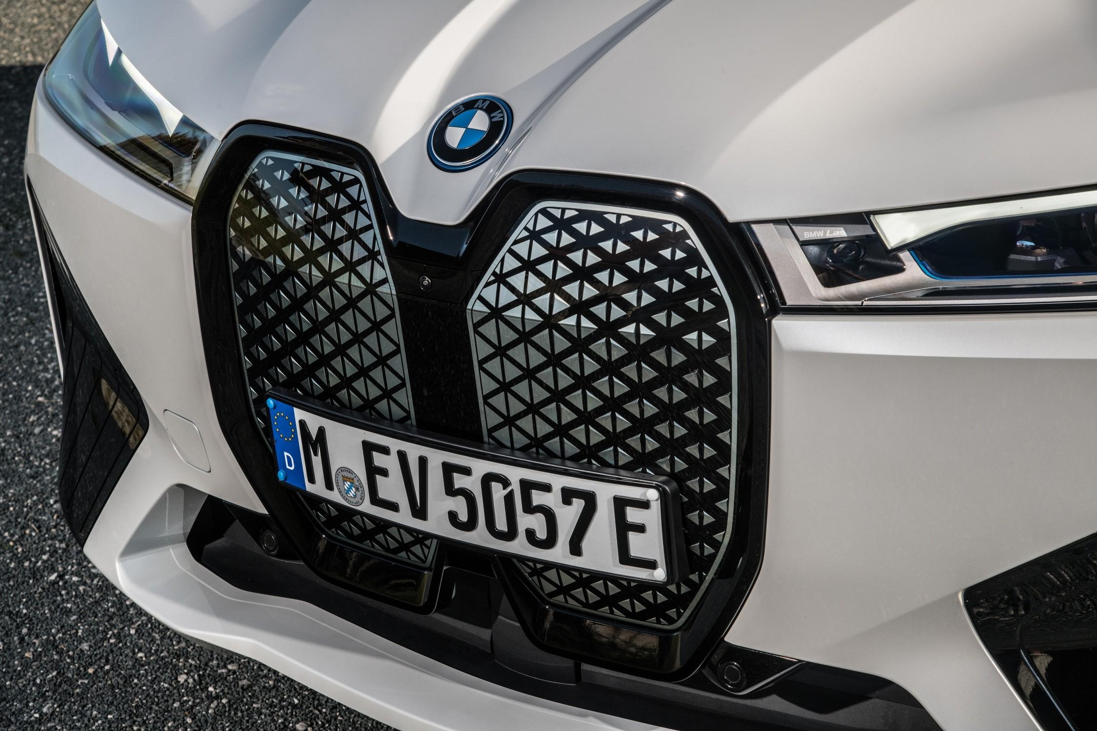 BMW iX, come (ri)cominciare con l'elettrico e indicare il futuro